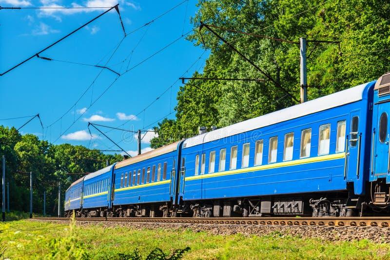 Trem de passageiros na região de Kiev de Ucrânia imagens de stock royalty free