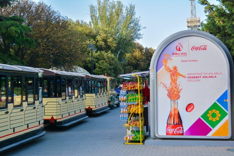 Trem de passeio na terraplenagem de Baku fotografia de stock