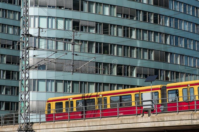 Trem de S-Bahn na frente do prédio de escritórios de BVG imagem de stock