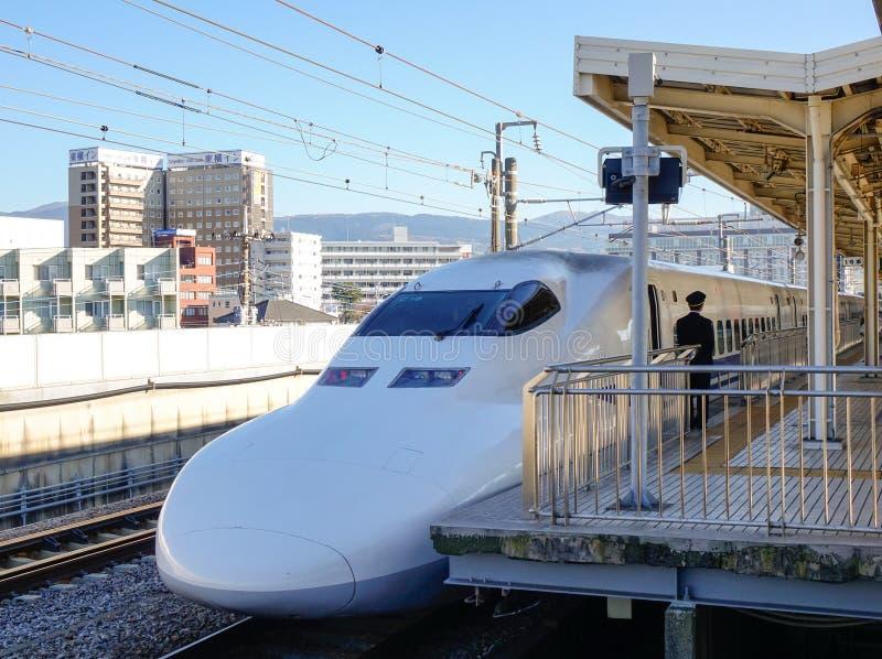 Trem de Shinkansen que para na estação em Nagoya, Japão foto de stock
