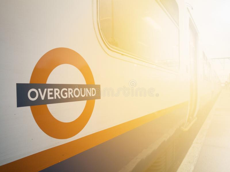 Trem dentro de uma estação, LONDRES de Overground, Reino Unido - fotos de stock royalty free