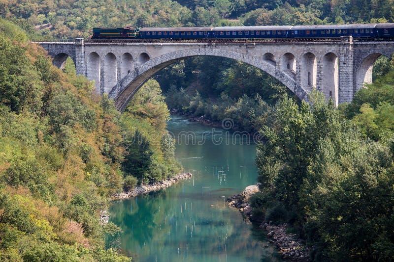 Trem diesel na ponte de Solkan, Eslovênia fotos de stock royalty free
