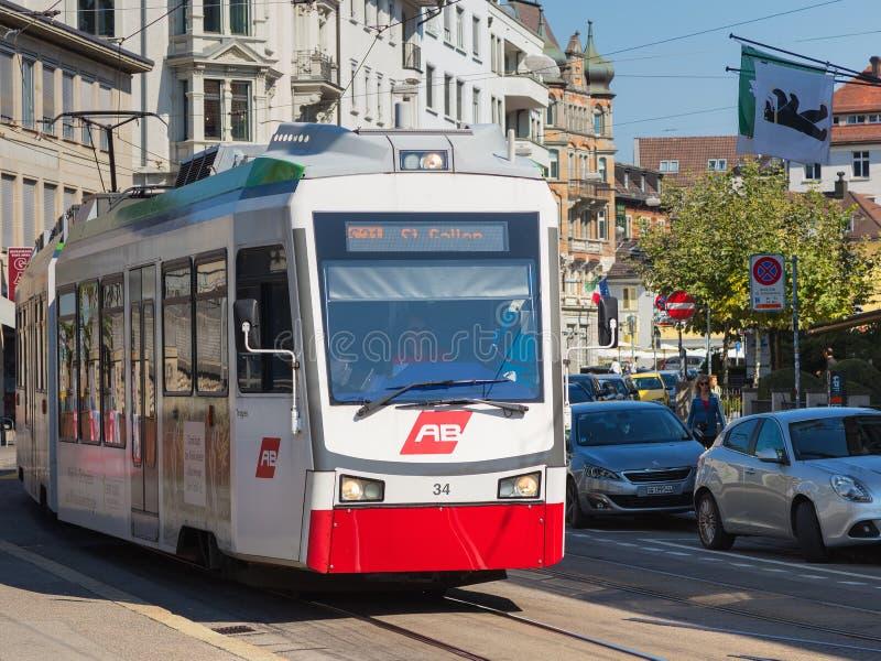 Trem do Appenzeller Bahnen na parte histórica da cidade de St Gallen imagem de stock