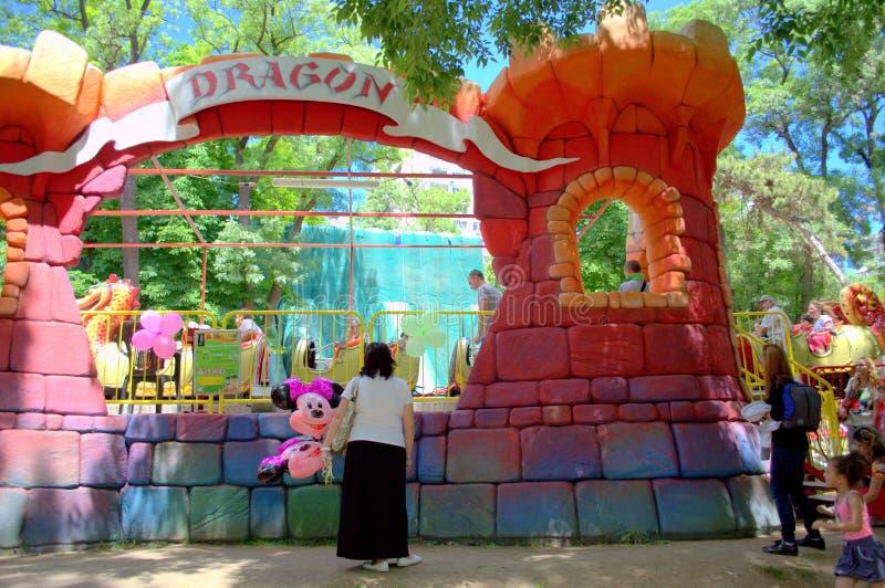 Trem do dragão no parque de diversões fotografia de stock