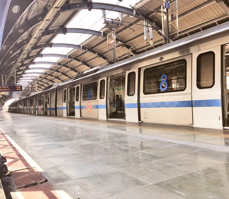 Trem do metro de Deli em uma estação de metro menos aglomerada em Nova Deli no tempo do meio-dia imagem de stock royalty free