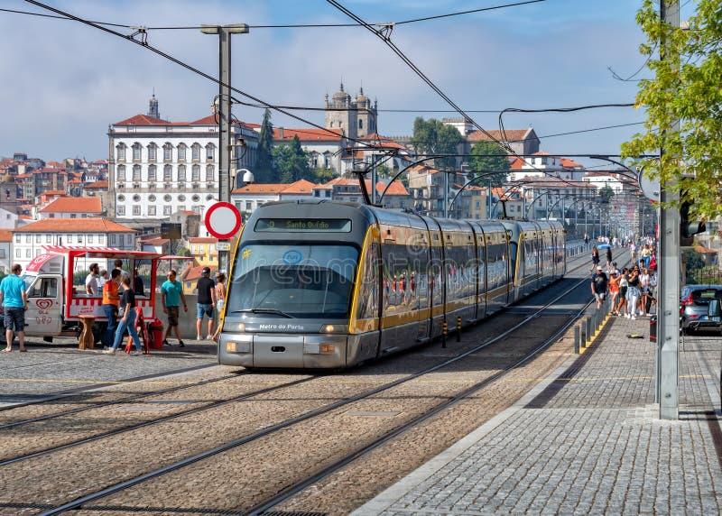 Trem do metro de Porto que cruza Dom Luis 1 ponte, Vila Nova de Gaia, Portugal fotografia de stock royalty free