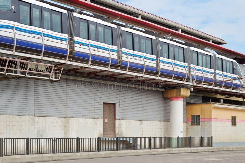 Trem do monotrilho na estrada de ferro fotografia de stock