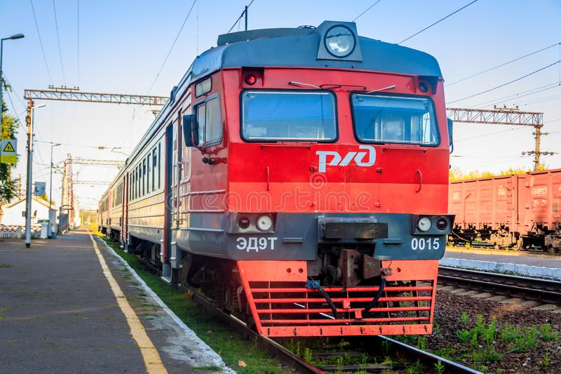 Trem do russo na estrada de ferro Estrada de ferro do ver?o Rússia, região de Voronezh, cidade de Ostrogozhsk, o 3 de julho de 20 fotos de stock