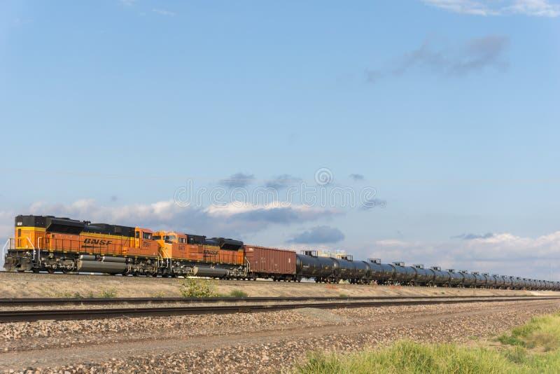 Trem do transporte BNSF do óleo de Texas com os tanques de óleo que arrastam até o A M. imagem de stock royalty free