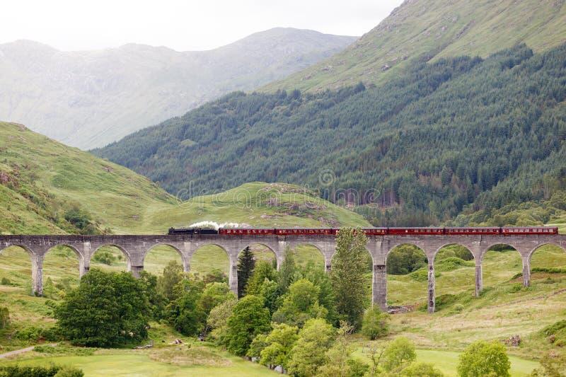 Trem do vapor do vintage no viaduto de Glenfinnan, Escócia, Reino Unido fotografia de stock