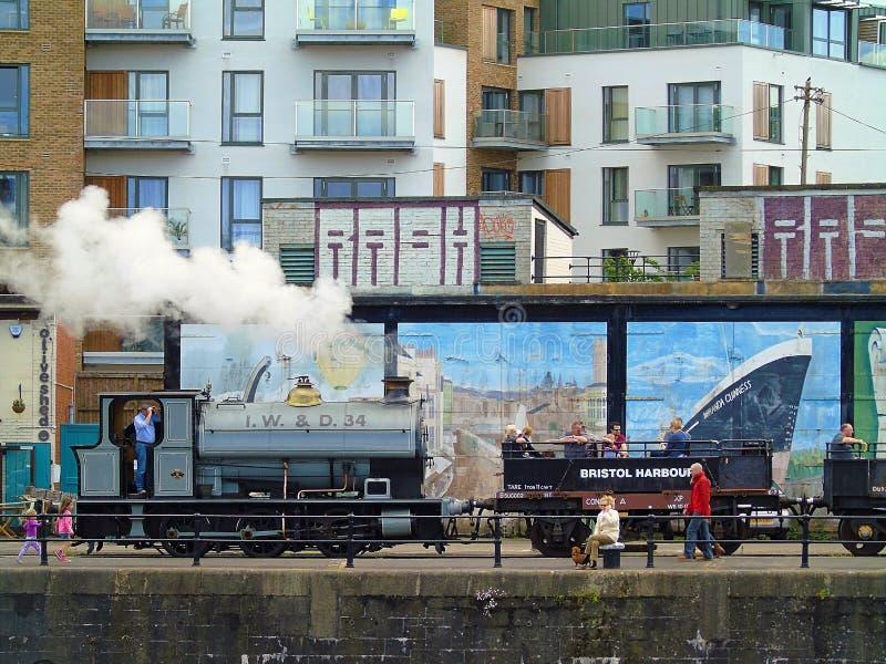 Trem do vapor e turistas, Bristol Harbourside, Inglaterra imagem de stock royalty free