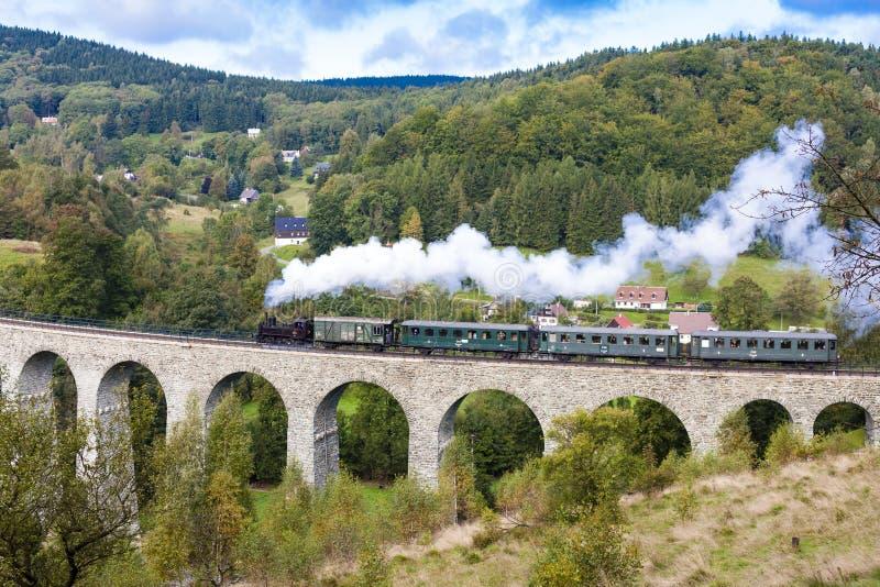 trem do vapor no viaduto Novina, vale de Krystofovo, República Checa fotografia de stock royalty free