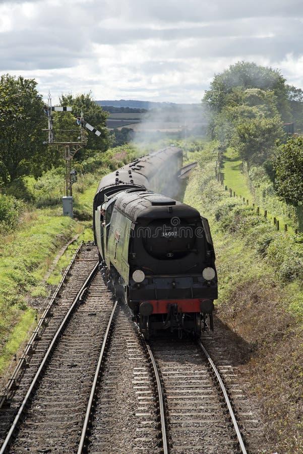 Trem do vapor que passa o campo do inglês do sinal fotografia de stock royalty free