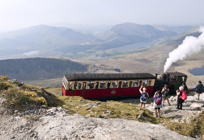 Trem do vapor que sae da cimeira do snowdon da montagem, Wales, fotografia de stock