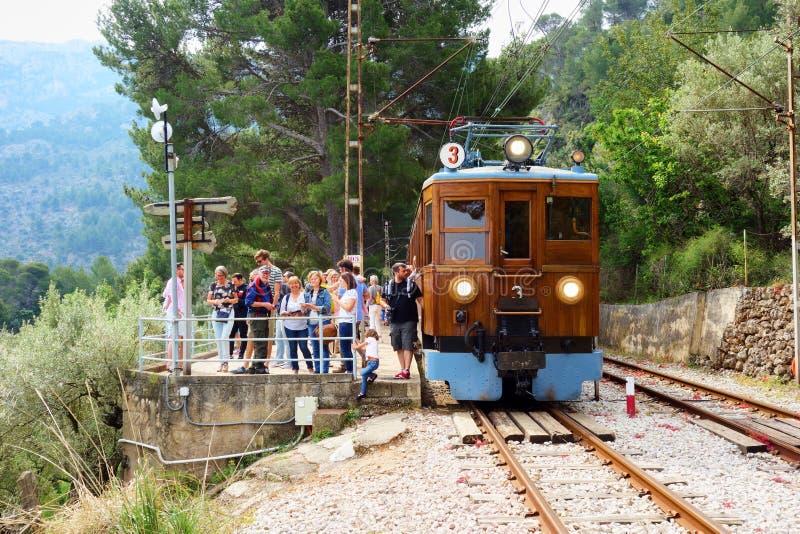 Trem do vintage que cruza a ilha de Mallorca fotos de stock