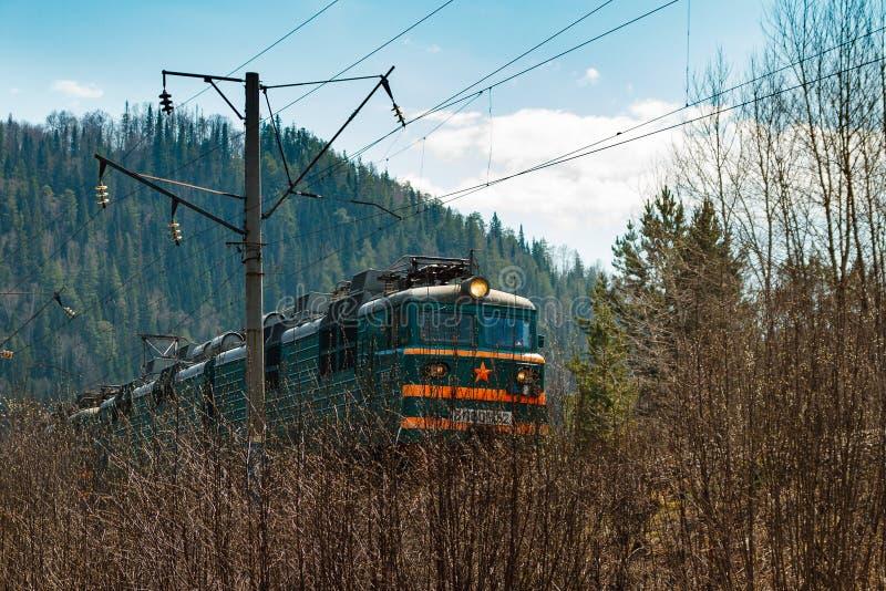 Trem elétrico RZHD no fundo da floresta da montanha na primavera imagem de stock royalty free