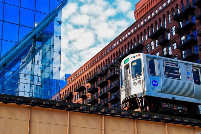 Trem elevado do ` do EL do ` de Chicago que cruza as trilhas acima da rua do lago no laço do centro foto de stock