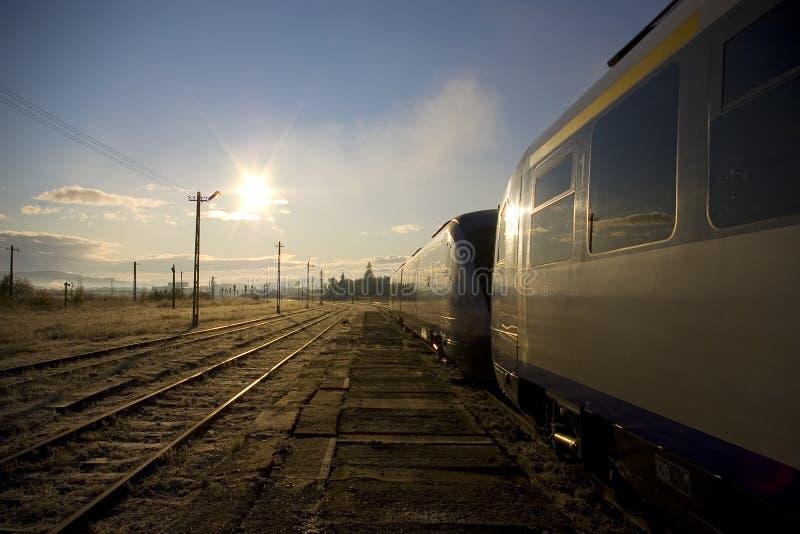 Trem em uma estação de comboio fotografia de stock