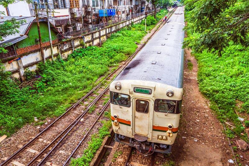 Trem em Yangon Myanmar fotografia de stock