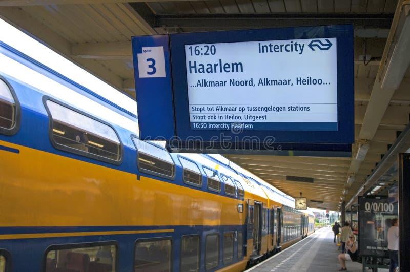 Trem holandês de espera das estradas de ferro na estação Hoorn foto de stock