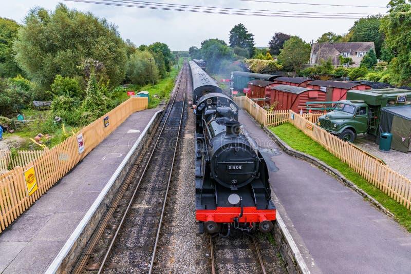 Trem inglês velho do vapor em Corfe fotografia de stock