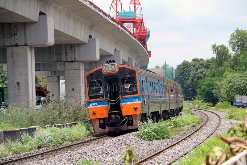 Trem inter da cidade de SRT que corre nos trilhos em Tailândia, estrada de ferro do metal do trem paralela com a estrada de ferro fotografia de stock