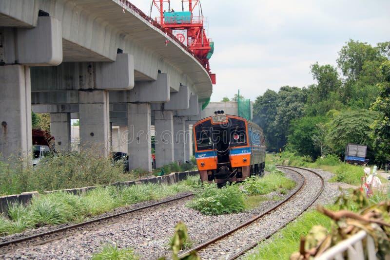 Trem inter da cidade de SRT que corre nos trilhos em Tailândia, estrada de ferro do metal do trem paralela com a estrada de ferro imagens de stock