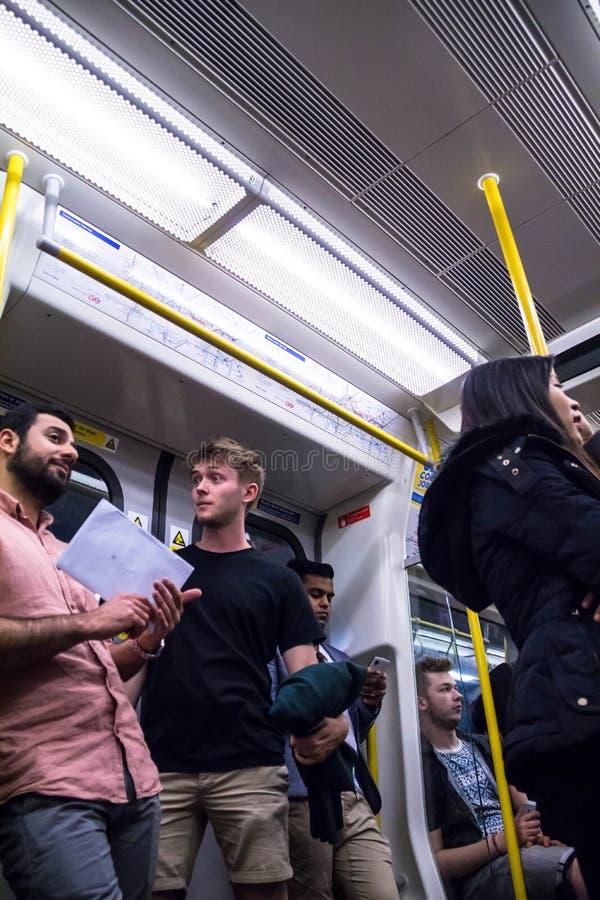 Trem interno na estação subterrânea da Cruz do rei em Londres fotos de stock