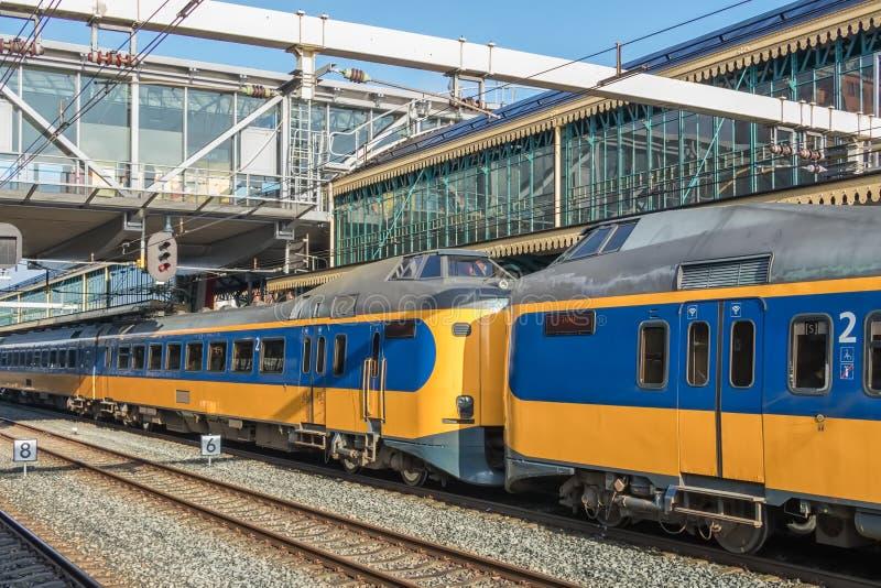 Trem interurbano holandês na estação de Den Bosch, os Países Baixos fotografia de stock