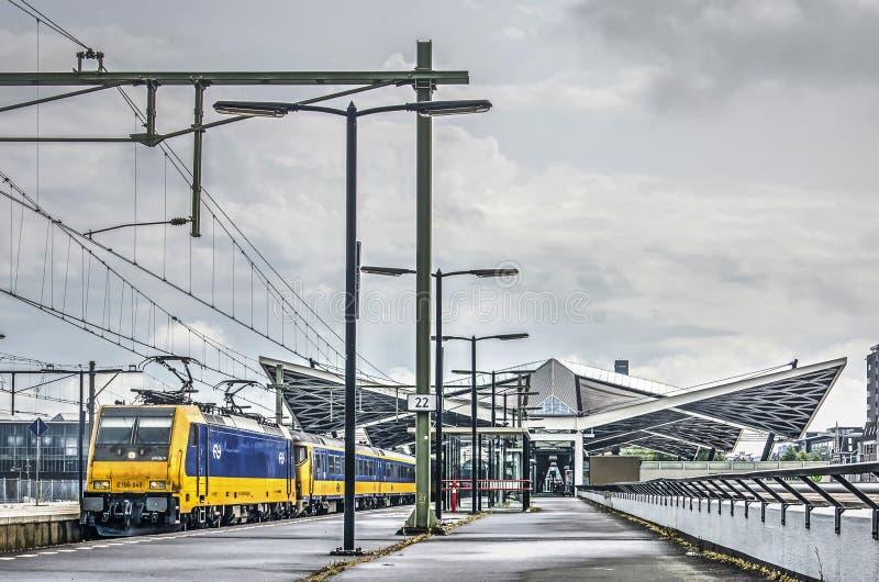 Trem interurbano na estação de Tilburg fotos de stock royalty free
