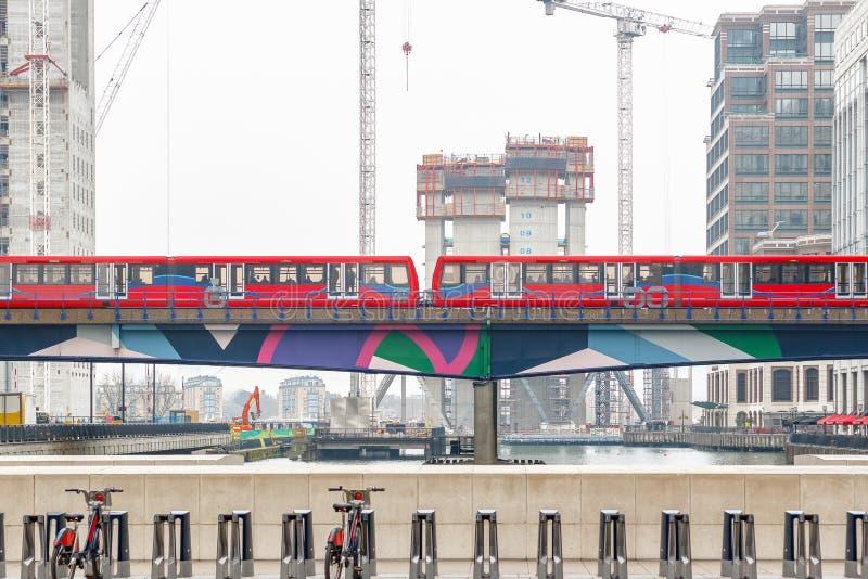 Trem leve que passa através de Canary Wharf em Londres fotografia de stock royalty free