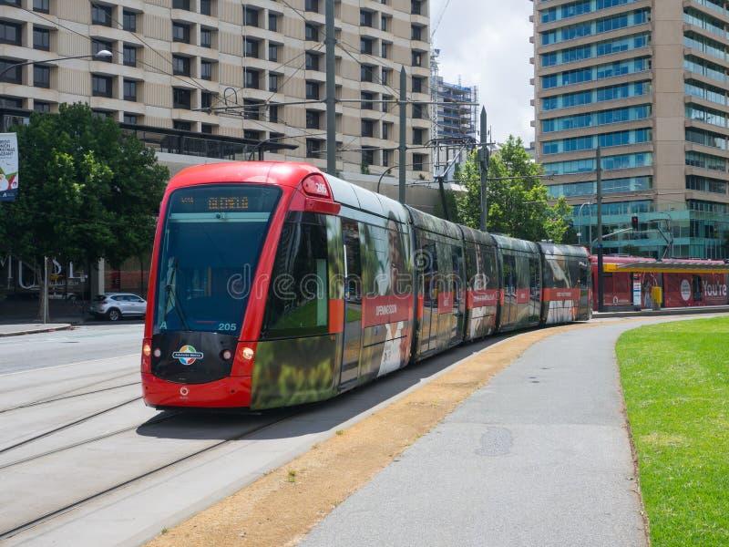 Trem leve vermelho do trilho que corre através da estação de trem do quadrado de Victoria fotografia de stock royalty free