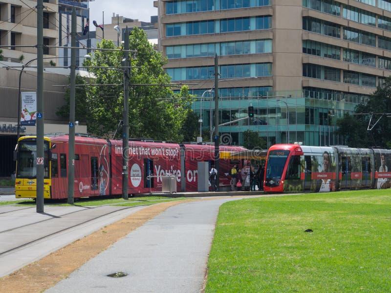 Trem leve vermelho do trilho que para na estação de trem do quadrado de Victoria fotos de stock royalty free