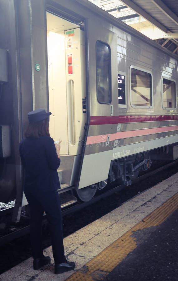 Trem maci?o moderno Banguecoque Tail?ndia para o transporte dos passageiros foto de stock royalty free