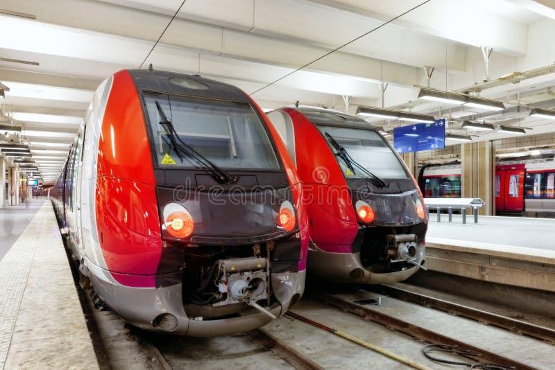 Trem moderno do trem de passageiros rápido na estação. fotografia de stock