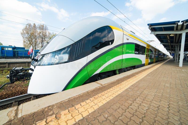 Trem moderno na estação imagens de stock