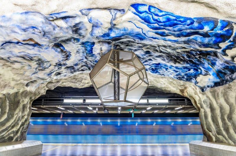 Trem movente no metro de Éstocolmo ou na estação Tekniska H do tunnelbana foto de stock royalty free