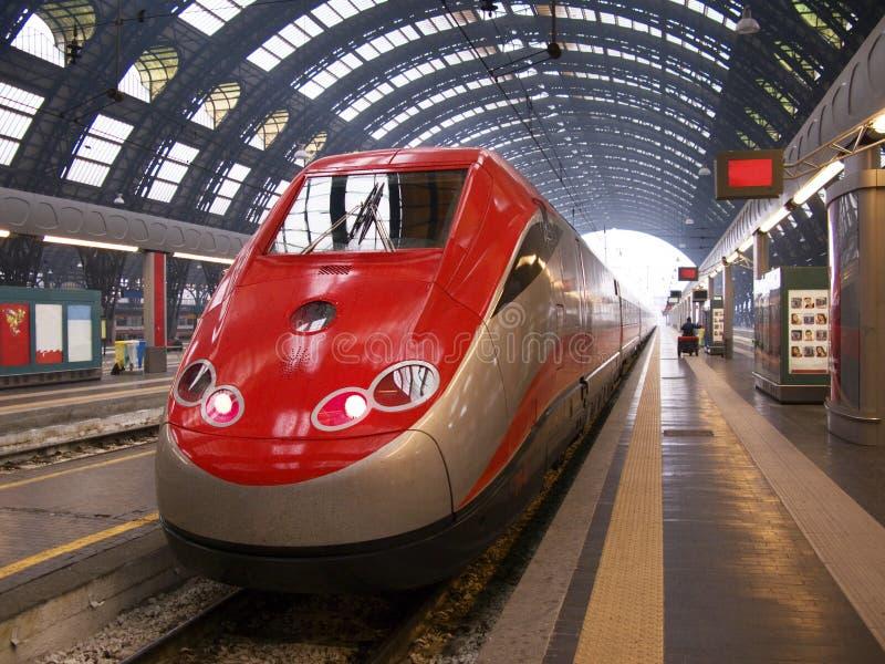 Trem na estação de Milão imagem de stock