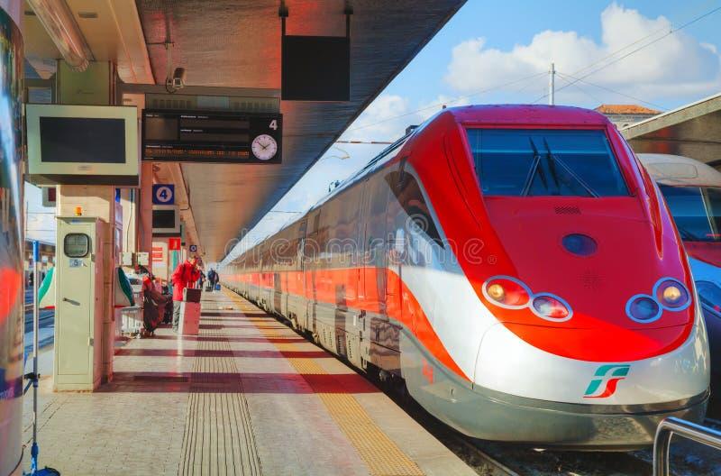 Trem na estação de Santa Lucia em Veneza fotografia de stock royalty free