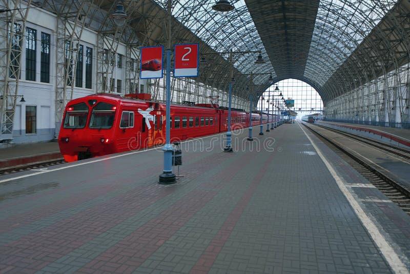 Trem na estação de trem coberta imagem de stock