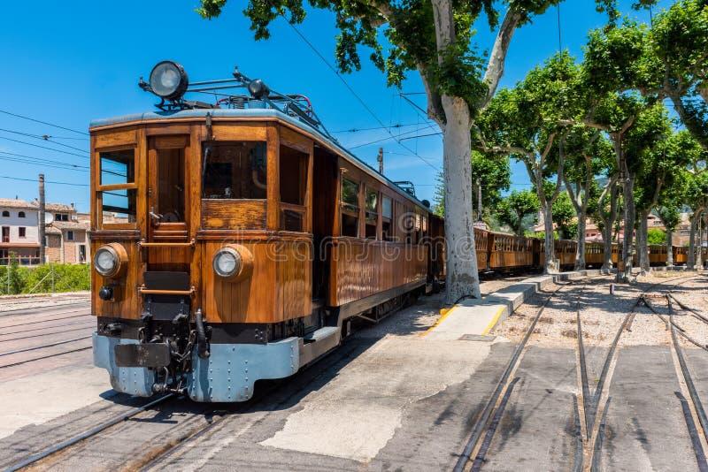 Trem na estação em Soller Mallorca foto de stock