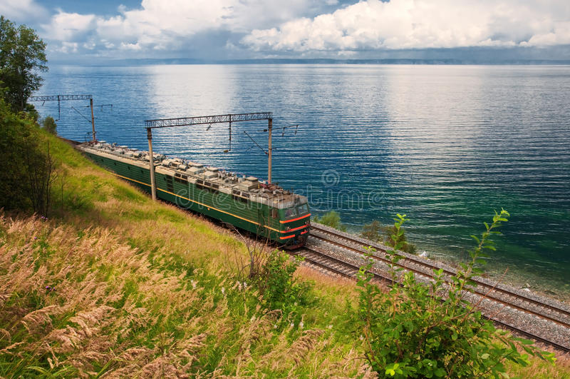 Trem na estrada de ferro do transporte Baikal fotos de stock royalty free