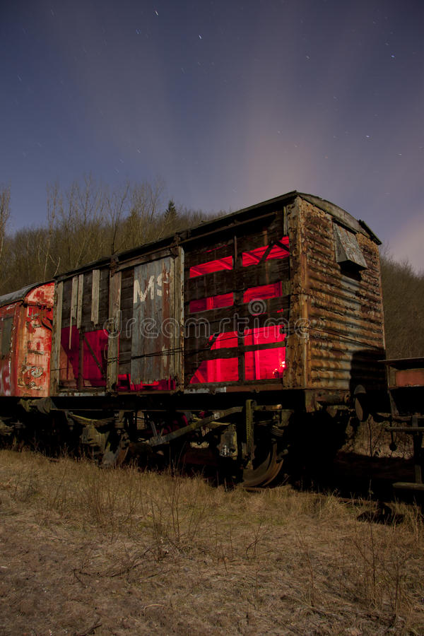Trem na noite foto de stock royalty free
