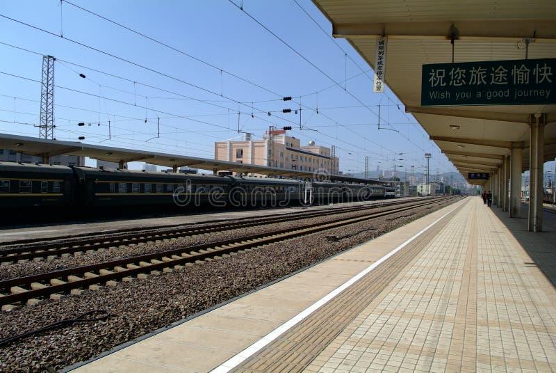 Trem no estação de caminhos-de-ferro fotos de stock royalty free