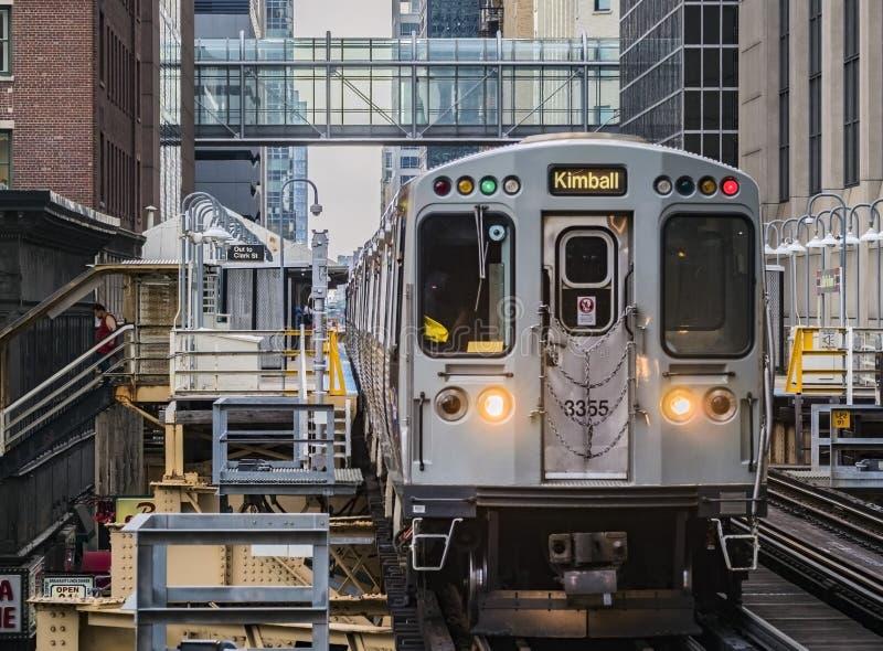 Trem no LaSalle Van Buren Station no laço, Chicago, IL foto de stock