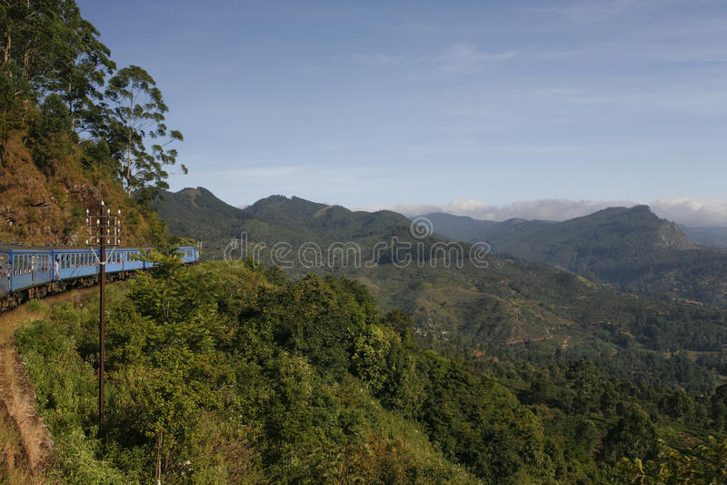 Trem no monte Counttry Sri Lanka imagens de stock