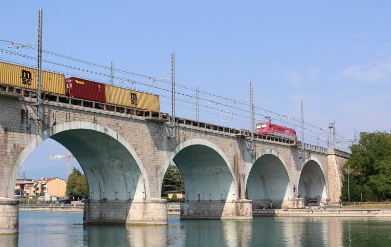 Trem no rio Mincio Peschiera Del Garda do viaduto foto de stock royalty free