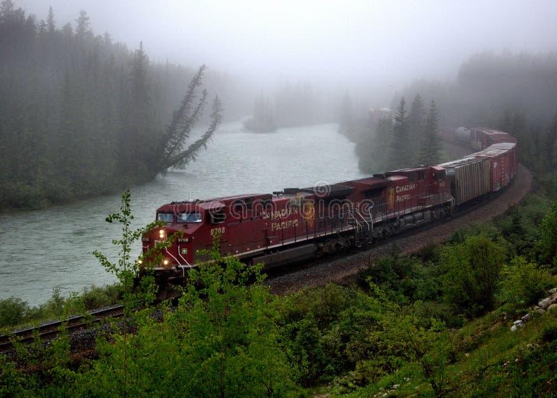 Trem pacífico canadense na curva do ` s de Morant, Lake Louise, Alberta, foto de stock