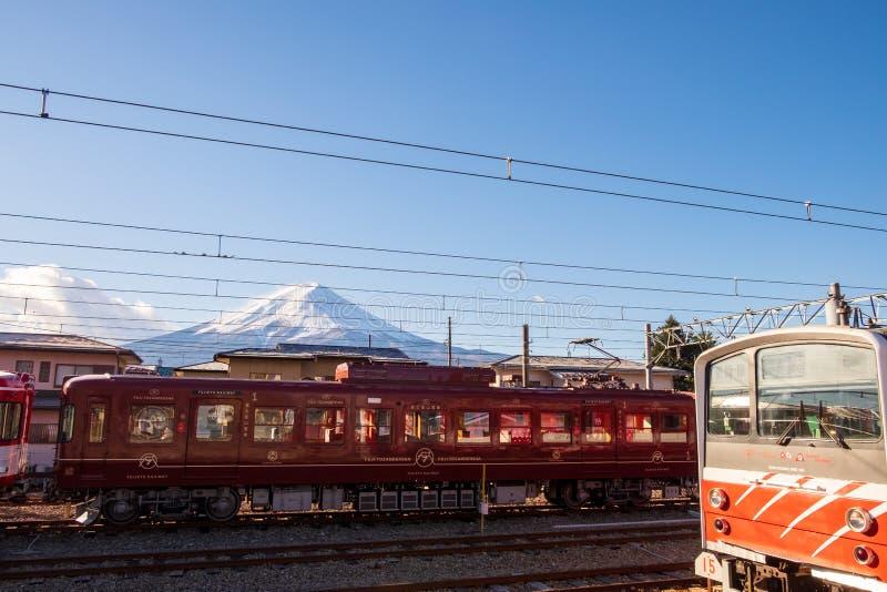 trem parado na estação com uma vista traseira de Monte Fuji imagens de stock royalty free