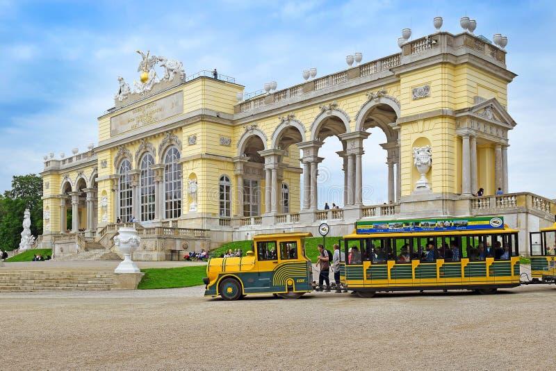 Trem perto do pavilhão de construção de Gloriette no parque de Schonbrunn, Viena foto de stock royalty free